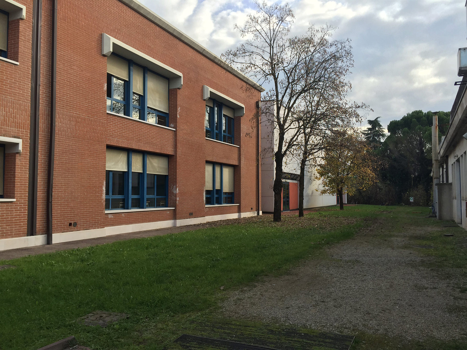 Scuola esterno vista destra